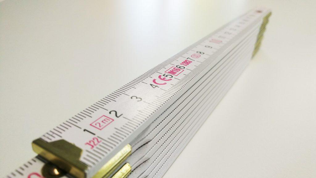 Premium-Zollstock aussenliegende Metallgelenke Grundfarbe Weiss
